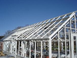 växthus med vitlackerade profiler